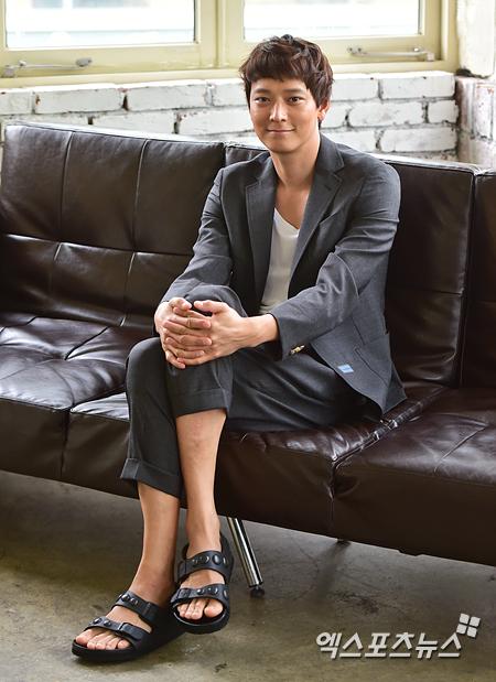 배우 강동원이 엑스포츠뉴스와의 인터뷰에 앞서 포즈를 취했다. 권혁재 기자