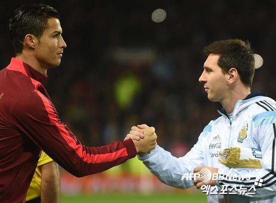 19일 영국 맨체스터에서 열린 포르투갈과 아르헨티나의 A매치에 앞서 양팀 주장인 크리스티아누 호날두와 리오넬 메시가 인사를 나누고 있다. ⓒ AFPBBNews = News1