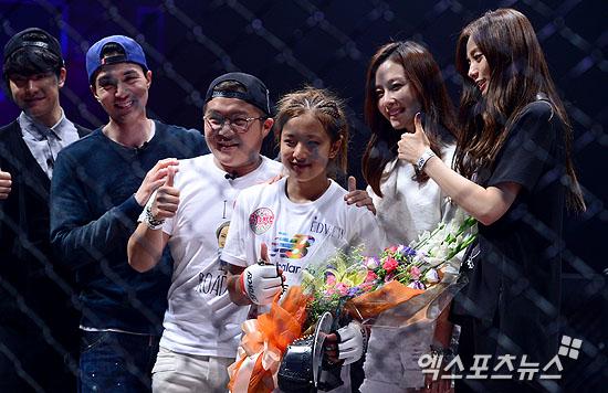 SBS 예능프로그램 '룸메이트' 출연자들이 송가연을 축하하고 있다 ⓒ 엑스포츠뉴스 권태완 기자