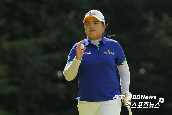 박인비가 2014 웨그먼스 LPGA챔피언십 최종 4라운드에서 갤러리들의 환호에 답례하고 있다 ⓒ AFPBBNews = News1