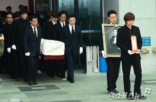 故 신해철의 발인식이 유족과 동료, 팬 등 수많은 추모객이 참석한 가운데 31일 서울 아산병원에서 거행됐다. ⓒ 권태완 기자
